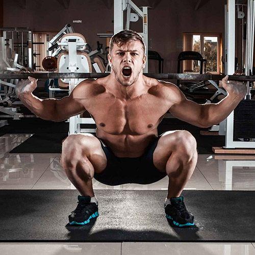 مرد در حال بلند کردن وزنه با اسکات برای تقویت عضلات خود - فیت شیپ